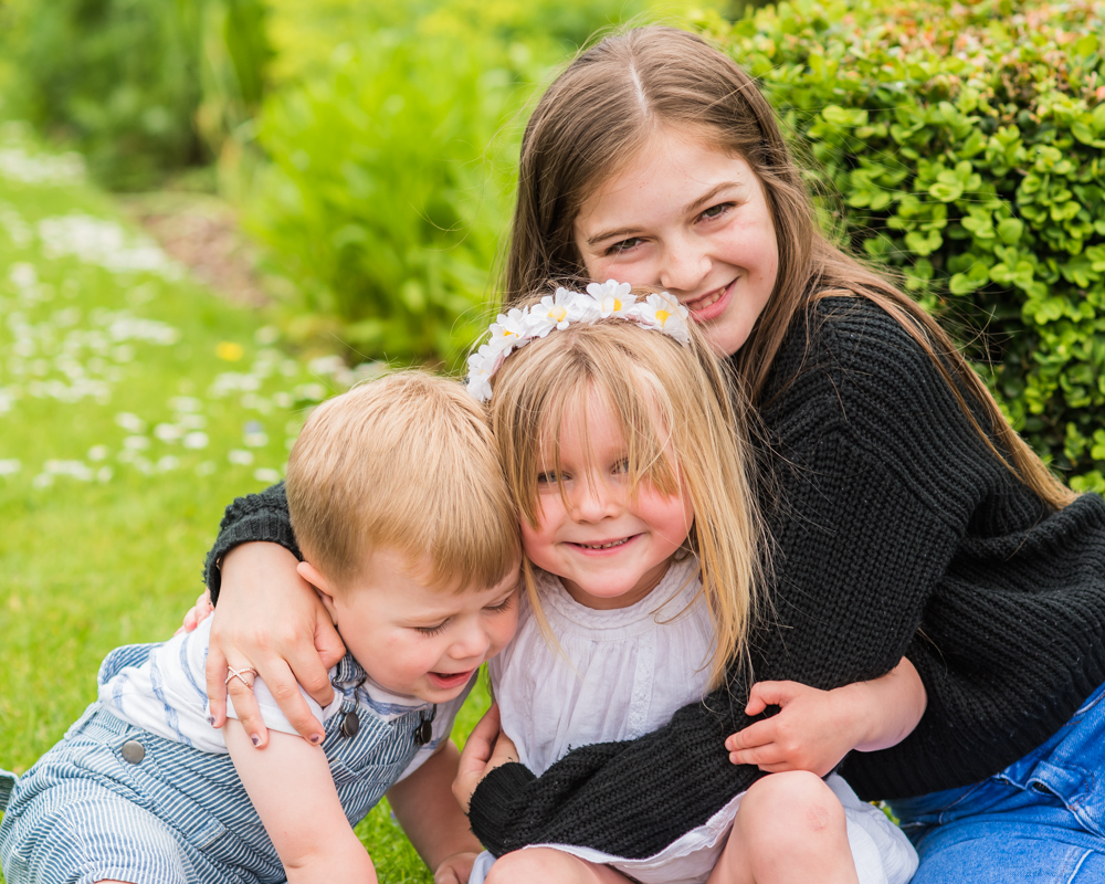 Sibling cuddles, Carlisle family portraits in Bitts Park